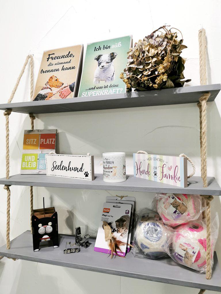 Bei Hundegeschichten Bad Oeynhausen gibt es viele Produkte für Hund und Halter.