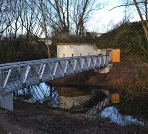Eine Brücke von der Seitenperspektive