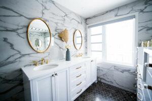 Großes, helles Badezimmer mit Spiegeln und Marmor