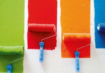 Verschieden Farben wurden mit einer Rolle auf eine Wand aufgetragen