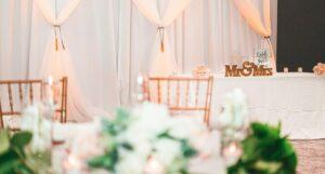 Hochzeitslocation mit gedeckten Tischen