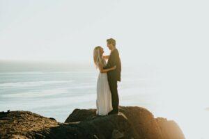 Ein Brautpaar steht auf einem Felsen