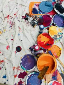 Farbeimer stehen auf einer weißen Decke